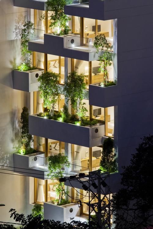 hotel-golden-holiday-in-nha-trang-trinh-viet-a-architects_05_greenbal_night