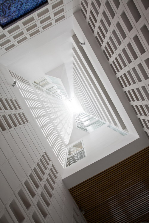 hotel-golden-holiday-in-nha-trang-trinh-viet-a-architects_10_void_lookingup