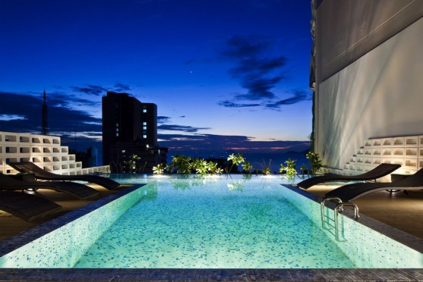 hotel-golden-holiday-in-nha-trang-trinh-viet-a-architects_19_pool_atnight